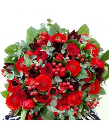 Buchet flori rosii trandafiri, lalele, ranunculus si hypericum