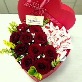 Aranjament trandafiri rosii si Raffaello in cutie inima