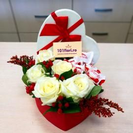 Cutiuta dragostei cu 5 trandafiri albi si Raffaello
