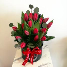 Aranjament in cutie cu 19 lalele rosii