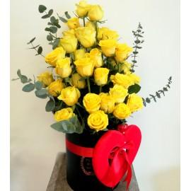Cutie cu 35 trandafiri galbeni, eucalipt si inima rosie