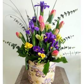 Aranjament primavaratic cu flori colorate in cutie