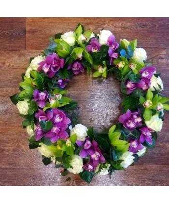 Coroana funerara cu trandafiri si cupe de orhidee