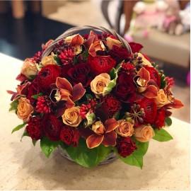 Cos cu flori trandafiri, ranunculus si orhidee - 51 fire