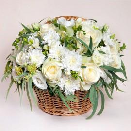 Aranjament elegant din flori albe si putin verde - 33 fire