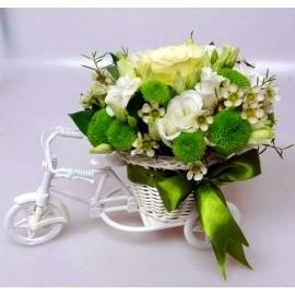 Aranjament din flori albe si verzi pe bicicleta