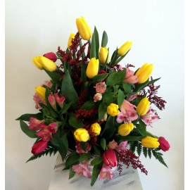 Flori galbene si roz in cos cu lalele si alstroemeria - 25 flori