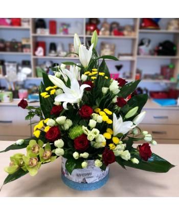 Aranjament piramidal in cutie cu flori colorate- 29 flori