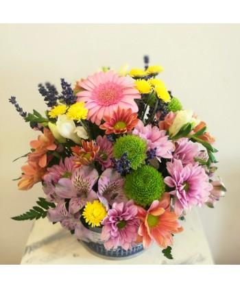Aranjament vesel, colorat intr-un vas decorat