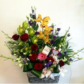 Aranjament flori in cos cu trandafiri, lisianthus si orhidee