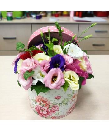 Aranjament La Multi Ani in cutie cu lisianthus multicolor si gerbera