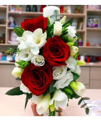 Lumanare de botez cu trandafiri, frezii si lisianthus
