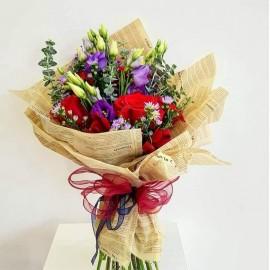 Buchet 5 trandafiri rosii cu lisianthus si eucalipt, look vintage in ziar