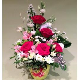 Aranjament aniversar Maria cu 5 trandafiri rosiii si flori colorate