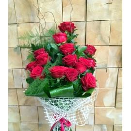 Buchet din 15 trandafiri rosii cu tija lunga si verdeata decorativa
