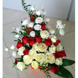 Aranjament floral elegant in alb si rosu cu trandafiri si lisianthus