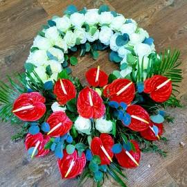 Coroana funerara deosebita cu 46 trandafiri si 14 anthurium
