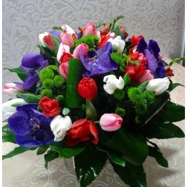 Buchet colorat si vesel cu lalele, frezii, orhidee si crizanteme yoko