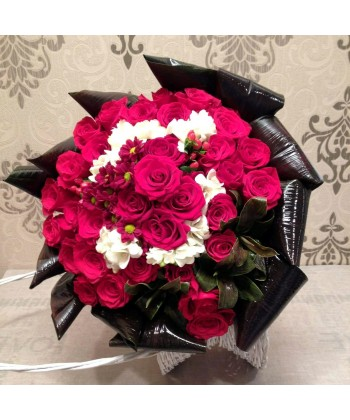 Buchet 31 trandafiri rosii si 12 frezii albe