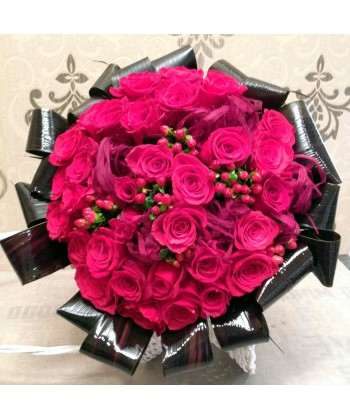 Buchet 33 trandafiri rosii tuja lunga