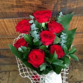 Buchet din 7 trandafiri rosii cu tija lunga