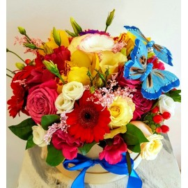 Aranjament flori colorate in cutie cu trandafiri, orhidee, lisianthus si fluturasi