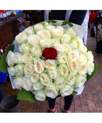 Buchet 58 trandafiri albi si unul rosu