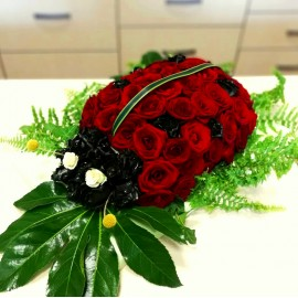 Aranjament floral, buburuza din trandafiri rosii si negrii