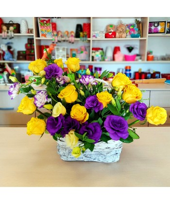 Aranjament cos in galben si mov cu 11 trandafiri si 4 lisianthus