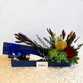 Aranjament cadou cu flori exotice si vin in cutie