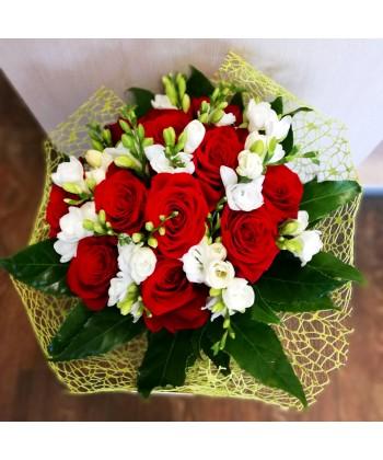 Buchet flori albe si rosii cu trandafiri si frezii