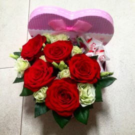 Cutie inima 5 trandafiri rosii, flori albe si raffaello