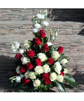 Aranjament floral cu 30 trandafiri si 5 lisianthus in alb si rosu