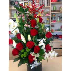 Aranjament de sezon in cutie cu trandafiri si orhidee phalaenopsis
