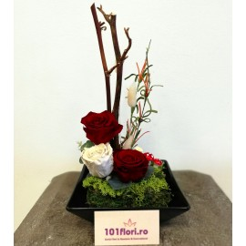 Aranjament ikebana cu 3 trandafiri criogenati in vas