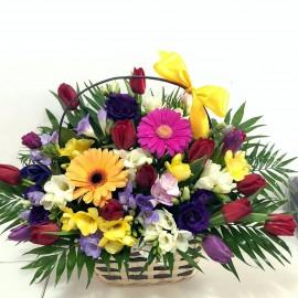 Aranjament flori de primavara colorate in cosulet