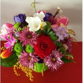 Aranjament flori mix cu lalele, frezii, crizanteme si trandafir