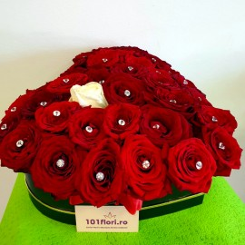 Cutie inima cu 35 trandafiri
