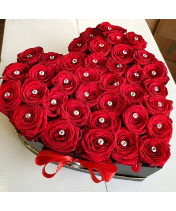 Aranjament inima in cutie cu 37 trandafiri rosii si cristale