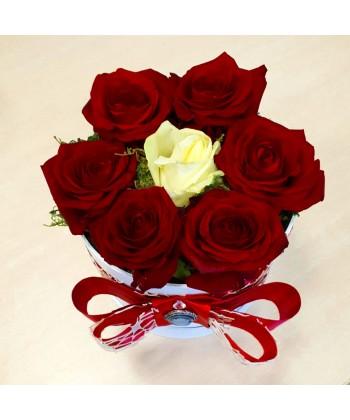 Aranjament 7 trandafiri in cutie rotunda si fundita