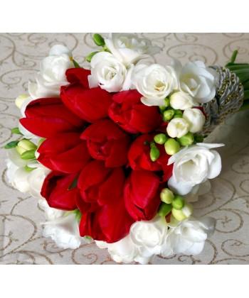 Buchet 11 lalele rosii si 12 frezii albe