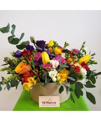 Aranjament flori colorate in cutie rotunda