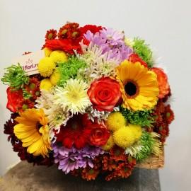 Buchet flori mix, viu colorat ambalat in ziar