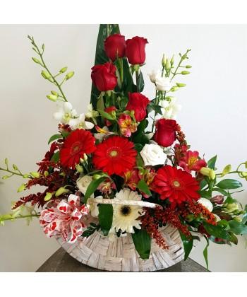 Aranjament floral elegant in alb si rosu