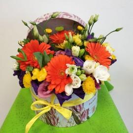Cutie cu flori colorate pentru zi de nastere