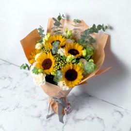 Buchet flori de vara cu lisianthus si floarea soarelui