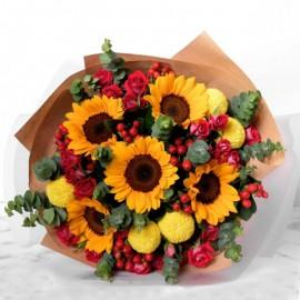 Buchet flori de vara in galben si rosu cu floarea soarelui, trandafiri si eucalipt