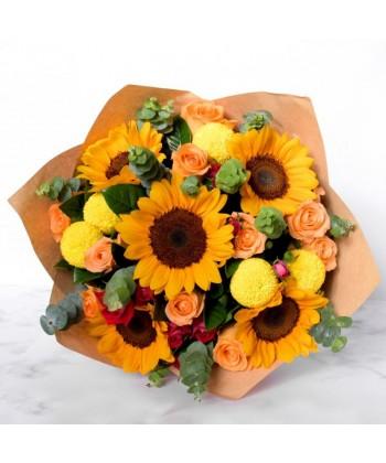 Buchet de vara cu flori galbene si portocalii, floarea soarelui si trandafiri