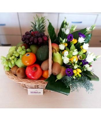 Aranjament cadou aniversar in cos cu flori si fructe