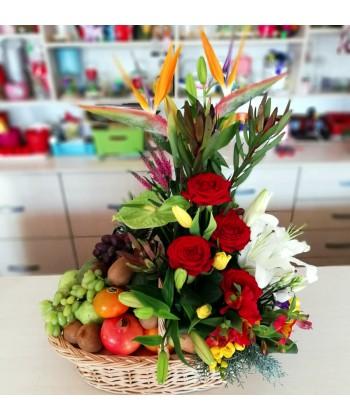 Cos cadou elegant cu flori exotice si fructe asortate